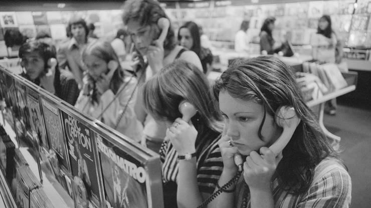 Neue Musik hörte man sich früher noch im Warenhaus an, so wie hier in der Plattenbar im Globus in Zürich.