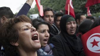 Tunesierinnen und Tunesier gehen gegen die Regierungspartei Ennahda auf die Strasse