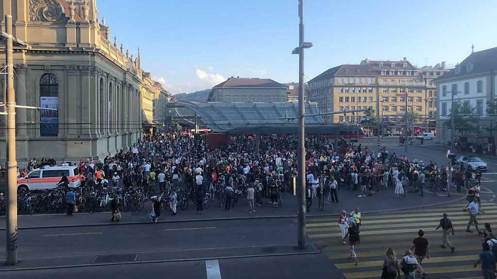 Gut 1000 Menschen an Berner Demo gegen «Impfzwang durch Hintertür»