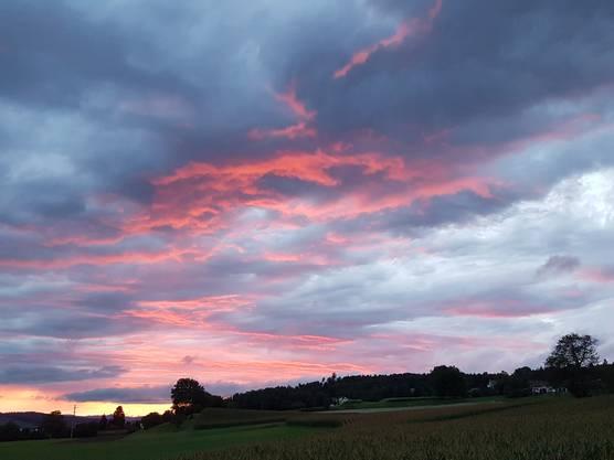 Der Himmel brennt  nach heftigem Gewitter in Wohlen AG am Freitag 18.08.2017.