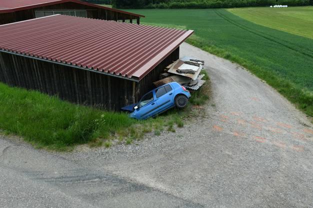 Der Schweizer war auf einer Nebenstrasse im Gebiet Birch unterwegs, als es in einer Linkskurve zum Selbstunfall kam.