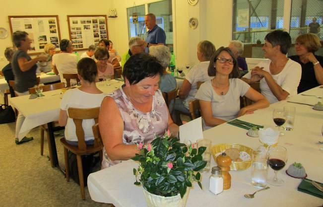 Die freiwilligen Mitarbeitenden der Tagesstätte für Betagte geniessen den gemeinsamen Abend und die italienische Küche.