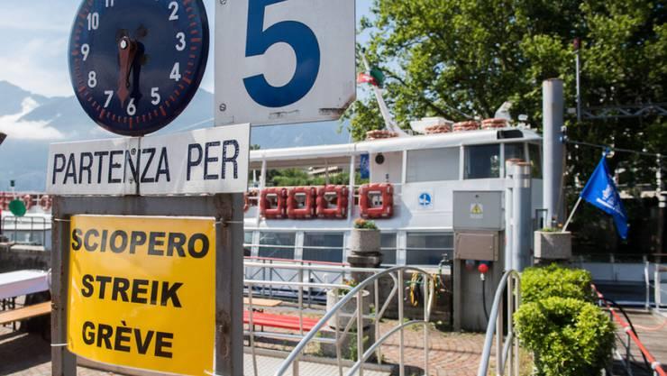 """Das """"Streik""""-Schild wird morgen Samstag abgehängt. Dank einer Einigung kehren die Schifffahrtsangestellten auf dem Lago Maggiore an die Arbeit zurück. (Archivbild)"""