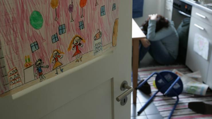Gewaltbetroffene Frauen und Kinder sollen künftig in den beiden Basel nicht mehr abgewiesen werden müssen. (Symbolbild)