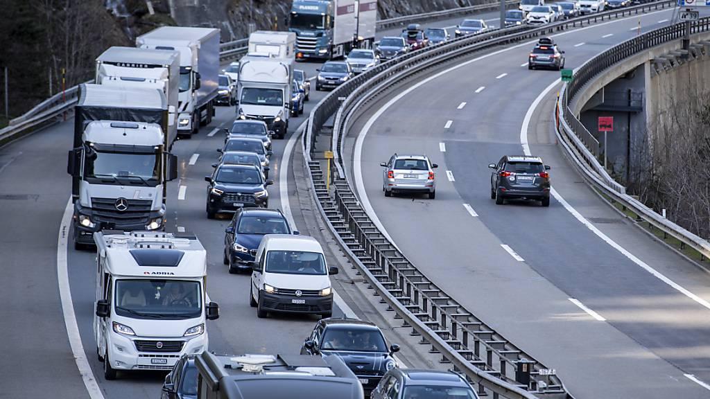 Autokolonne vor dem Gotthard-Nordportal wuchs auf 14 Kilometer