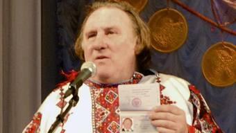 Gérard Depardieu zeigt in Saransk seinen neuen russischen Pass