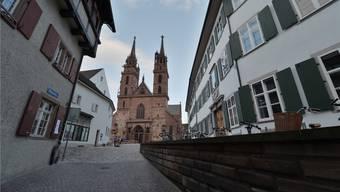 Zur Linken geht es in den Hof des Gymnasiums, geradeaus ragt das Münster in den Himmel.