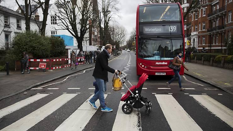 """Der berühmte Fussgängerstreifen des """"Abbey Road""""-Covers für einmal ohne die Beatles."""