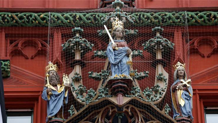 Wer hat recht? Justitia an der Fassade des Rathauses Basel.