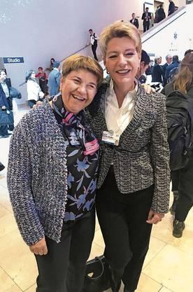 Viola Amherd und Karin Keller-Sutter  gut gelaunt im Kongresszentrum.