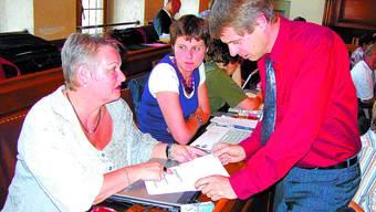 Wandeln oder nicht? Beobachtet von Andrea Lüthi (Mitte) besprechen Dorette Balli und Christoph Ammann ihre Vorstösse. (Bild: uz)