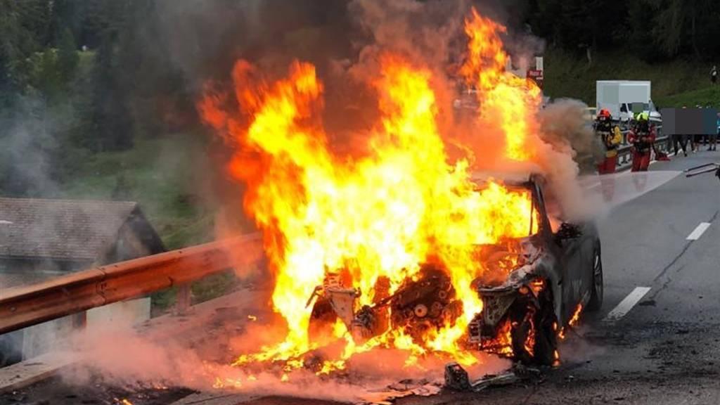 Auto brennt auf dem Julier komplett aus – Lenker erleidet Verbrennungen
