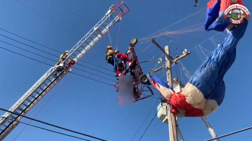 Fliegender Weihnachtsmann verfängt sich in Stromleitung