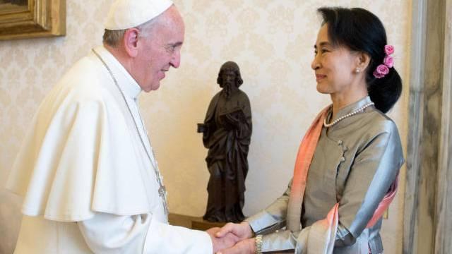Der Pabst trifft die burmesische Aktivistin Aung San Suu Kyi