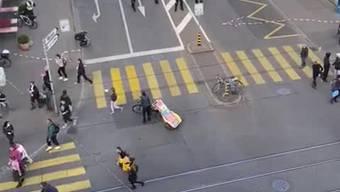 Die Aufnahme zeigt, wie der Frauenstreik 2020 in Basel von der Polizei bei der Johanniterbrücke aufgelöst wird.