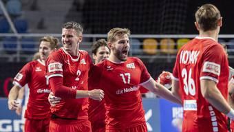 Die Schweizer Handballnati bejubelt den Sieg gegen Island.