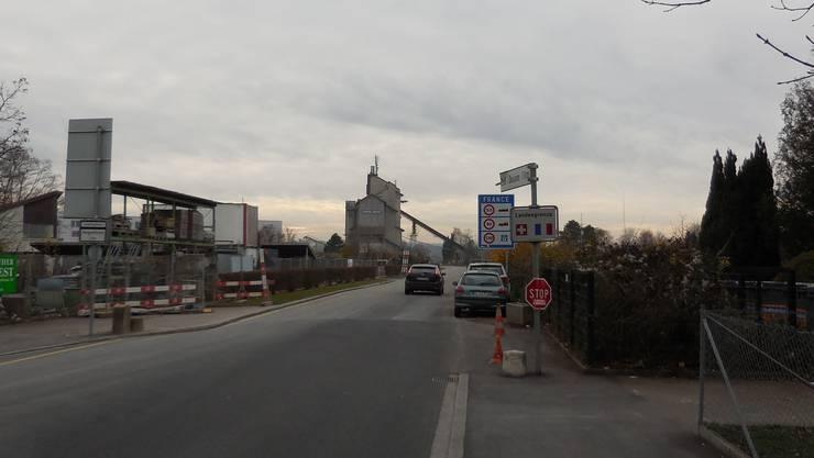Kommissär Hunkeler auf dem Weg ins Elsass, hier Hegenheimerstrasse vor Grenze und Kieswerk.