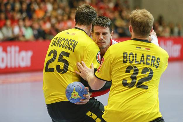 Andre Schmid (M.) hat einen schweren Stand gegen Yves Vancosen (l.) und Nathan Bolaers (r.).