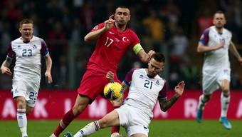 Türkei-Captain Burak Yilmaz (links) im Duell mit dem Isländer Amor Traustason