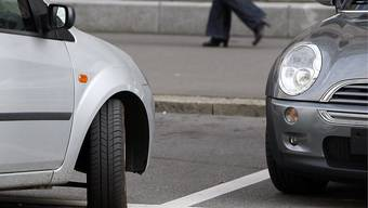 In Zürich Höngg kommt es aus Platzgründen zum Abbau von 35 Parkplätzen. (Symbolbild)