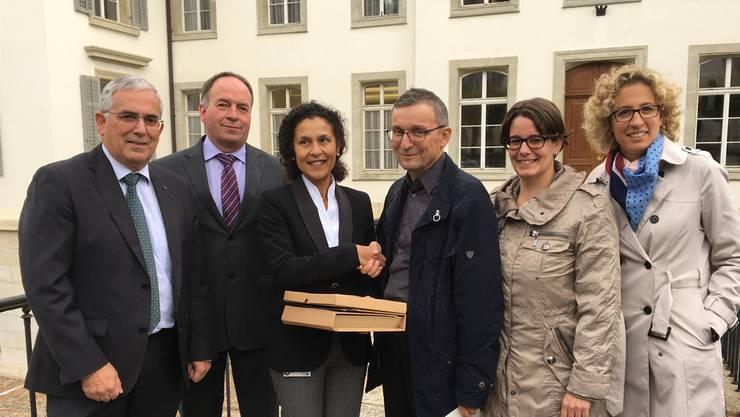 Petitionär Heinz Würgler überreicht Staatsschreiberin Vincenza Trivigno 3560 Unterschriften. Mit auf dem Foto sind die Grossräte Roland Frauchiger (EVP) und Alois Huber (SVP) sowie Jeanine Glarner (FDP) und Barbara Portmann-Müller (GLP).
