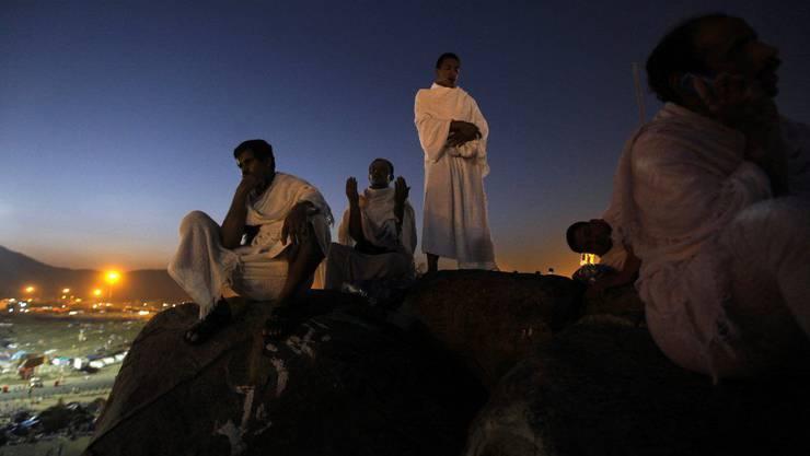 Muslimische Pilger beten auf dem Gnadenberg.
