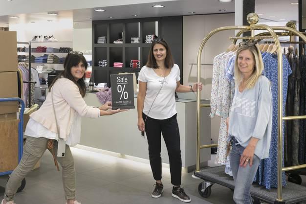 Im Bekleidungsgeschäft Laube & Gsell bereiten die Detailhandelsfachrauen Karin aus der Au und Hiba Bua sowie Geschäftsleiterin Nicole Buccianelli alles für die Wiedereröffnung vor und werden ihre KundInnen für ihre Treue mit Rabatten belohnen.