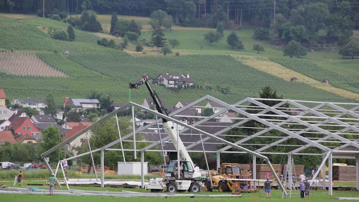 Hunderte Helfer des Turnvereins stehen im Einsatz für den Aufbau der Riesenzelte