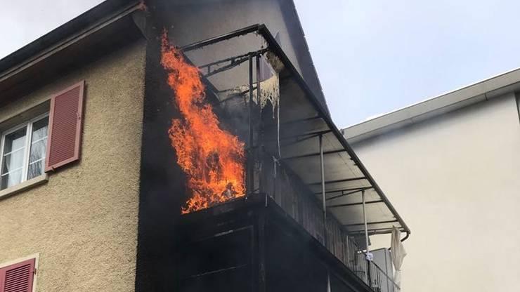Eine Person musste mit Verdacht auf eine Rauchvergiftung ins Spital gebracht werden.