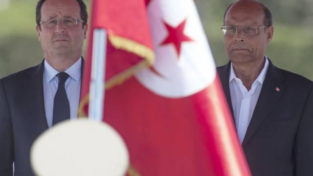 Frankreichs Präsident Hollande (l) in Tunis mit Präsident Marzouki