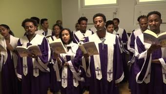 Eritreischer Chor: Ostern mit Trommeln, Stöcken und Metallrasseln