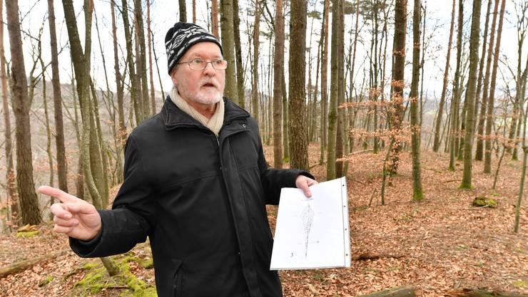 Auf dem Gross Chastel erklärt der Archäologe Christoph Philipp Matt die Bedeutung des Refugiums. Die Zeichnung zeigt die ungarische Pfeilspitze.