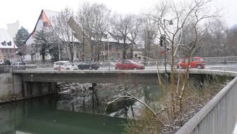 Wieder ungefährlich: Die Birsbrücke bei Zwingen ist nun doch für weitere fünf Jahre befahrbar. (Bild: Heinz Dürrenberger)