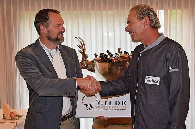 Hägglingen, 13. Oktober: Das «Maiengrün» ist neu ein Gilde-Restaurant. Im Bild: Eli Wengenmaier übergibt Roland Lämmli die Tafel.