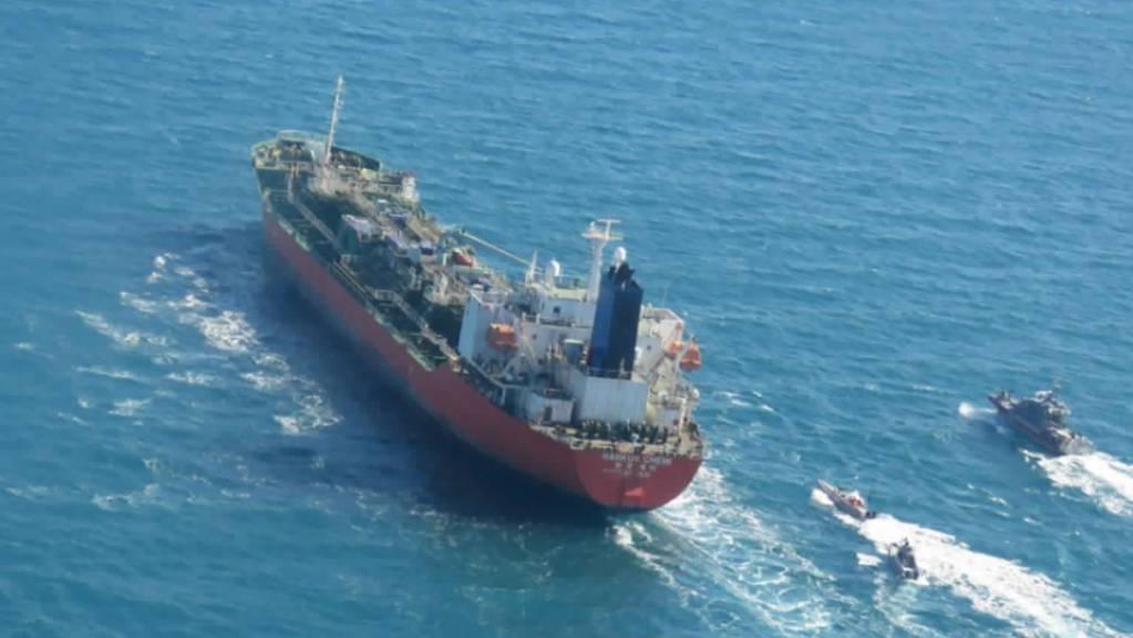 ARCHIV - Der Tanker «Hankuk Chemi» wird von Booten im Persischen Golf eskortiert. Drei Monate nach der Festsetzung eines südkoreanischen Tankers im Persischen Golf hat der Iran nach Angaben der Regierung in Seoul das Schiff wieder freigegeben. Foto: -/Tasnim News Agency/AP/dpa