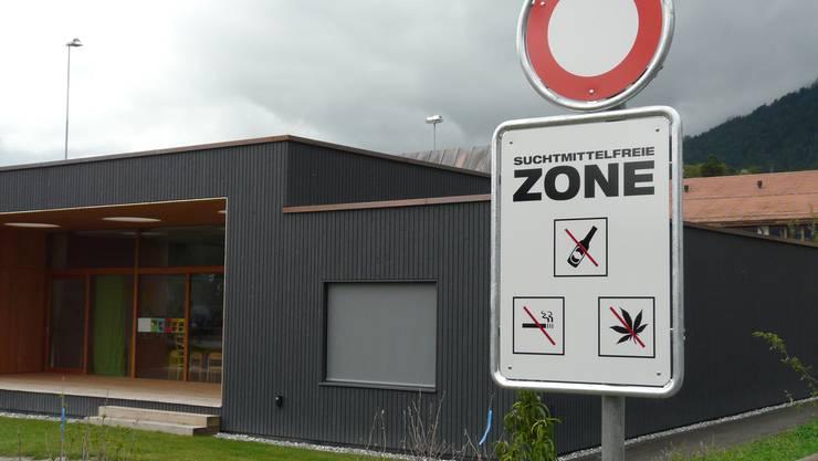 Suchtmittelfreie Zone: Im Schulareal Eschergut der Bündner Gemeinde Malans zeigen die neuen Tafeln Wirkung. (Bild: Hans Lüthi)