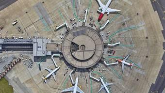 Der Londoner Flughafen Gatwick von oben, aufgenommen mit einer ... Drohne.