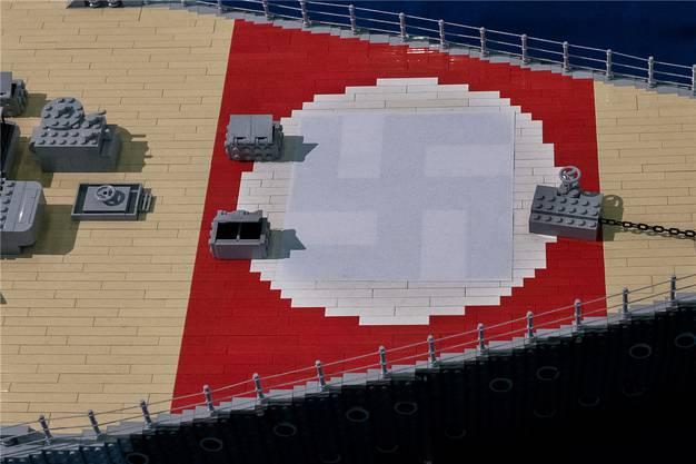 Das Lego-Modell des Kriegsschiffs Bismark steht derzeit in der Messehalle. Die Hakenkreuze in den roten Markierungen wurden mit Papier überklebt.