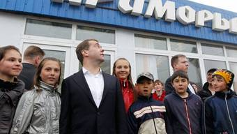 Schulkinder auf den Kurilen freuen sich über den Besuch von Ministerpräsident Medwedew