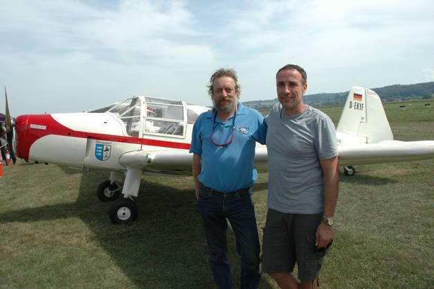 Fliegerfreunde aus Rangsdorf bei Berlin, wo früher die Bücker-Fabrik stand: Ralf Gaida (rechts) und Harmut Baier mit der neu restaurierten Bücker Bestmann.