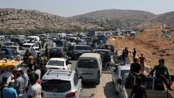 Hunderte Fahrzeuge stauten sich am Wochenende vor dem syrisch-türkischen Grenzübergang Bab al-Hawa, an dem Syrer gegen Ankaras Politik protestierten.