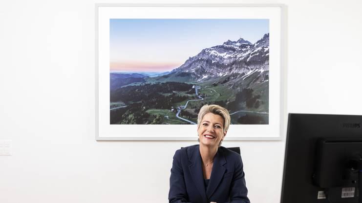Bundesrätin Karin Keller-Sutter, portraitiert in ihrem Büro vor einem Bild vom Säntis.
