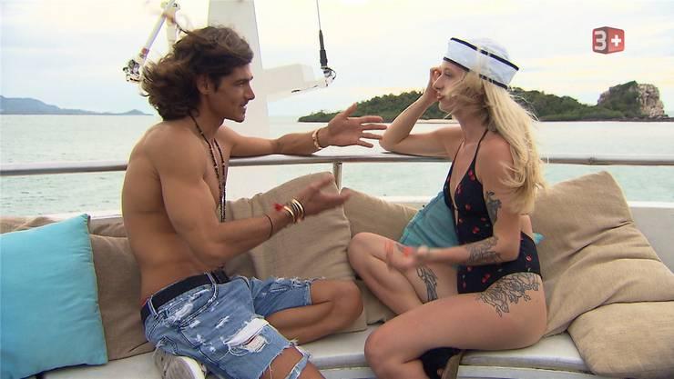 Einzeldate auf der Jacht: Patric Haziri spricht mit Julia aus Aristau. Bild: 3+