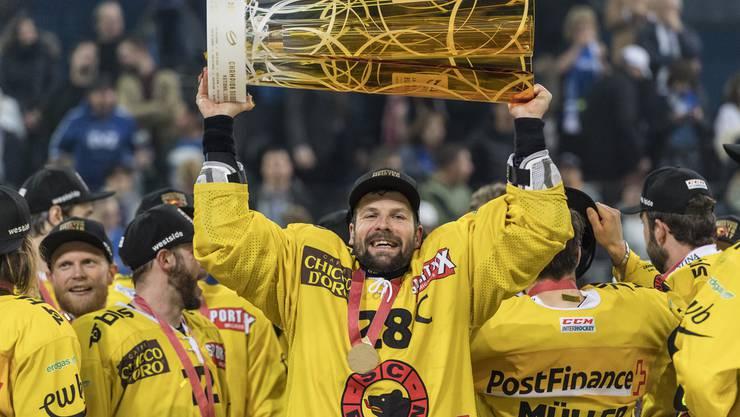 Martin Plüss darf stellvertretend für seine Mannschaft den Pokal in die Höhe stemmen.