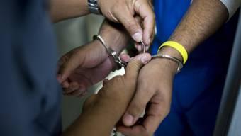 Einer der beiden Ausbrecher hat sich nun gestellt. Er befindet sich wieder in Untersuchungshaft. (Symbolbild)