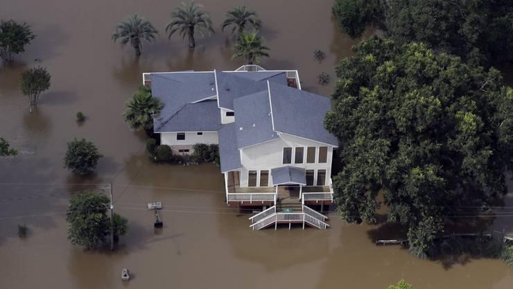Überschwemmtes Haus am Samstag nahe des San Jacinto Riveri in Kingwood, Texas