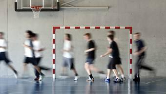Der Nationalrat will an den drei Stunden Turnunterricht in der obligatorischen Schule festhalten (Archiv)