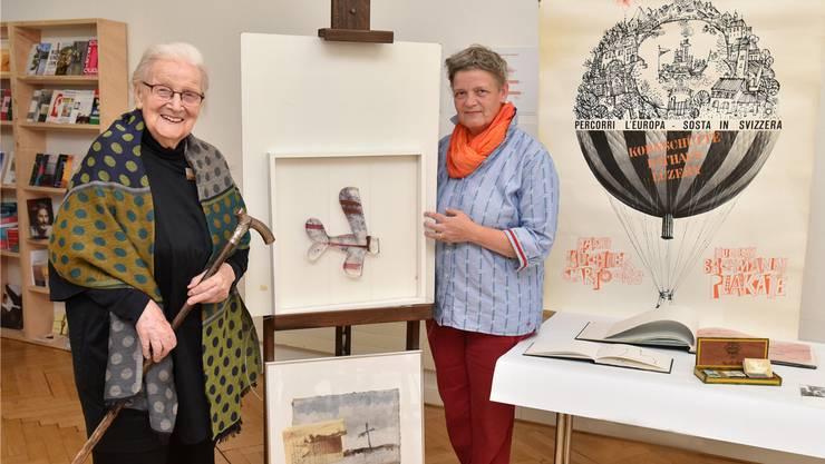 Witwe Rosmarie Küchler (93, links) und Tochter Katrin mit Exponaten und etwa dem Gehstock von «Kü» in der aktuellen Ausstellung «Grüezi! Bienvenue! Welcome!» des Oltner Kunstmuseums.