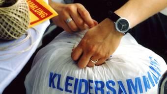 Ausgediente Kleider in den Sack stecken, zubinden und in den Sammel-Container werfen – so einfach, aber nur vermeintlich karitativ ist das Spenden von Altkleidern.