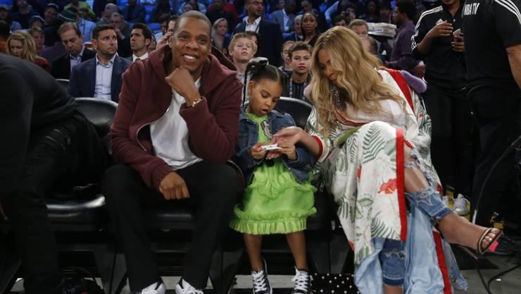 Jay-Z, Beyoncé und Tochter Blue Ivy haben nach eineinhalb langen Wochen die Zwillinge nach Hause holen können. (Archivbild)